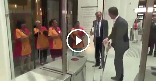 Hollanda Başbakanı Rutte döktüğü kahveyi kendi temizledi