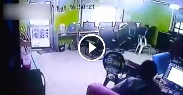 İnternet Kafede Yılan Bakın Nasıl İnsanlara Saldırdı
