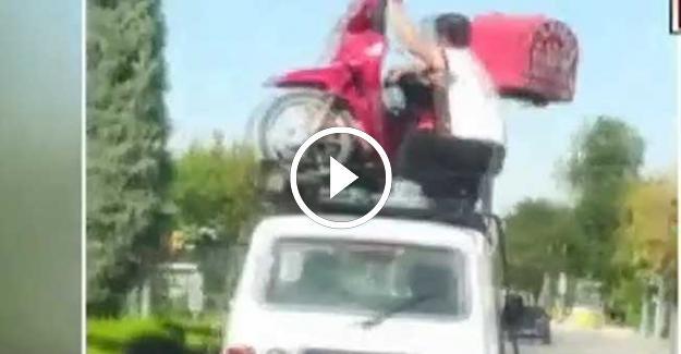 Bu Kadarı Pes Dedirtti! Seyir Halindeki Otomobilin Üzerinde Motosiklet Taşıdılar